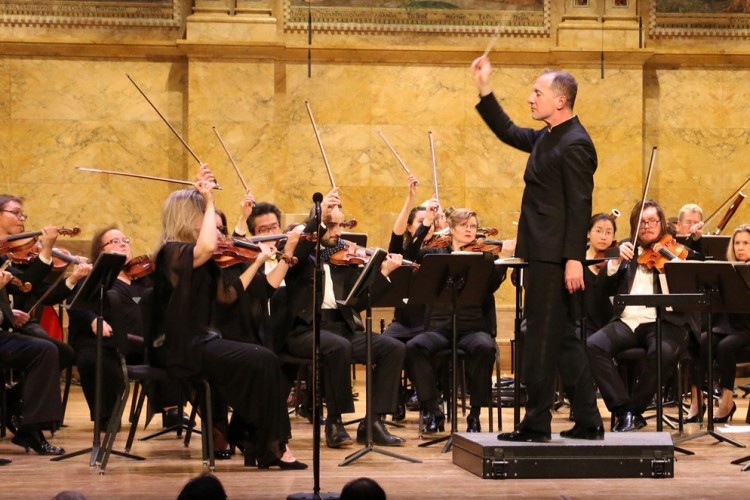 Rossen Milanov conducts the orchestra onstage at Richardson Auditorium