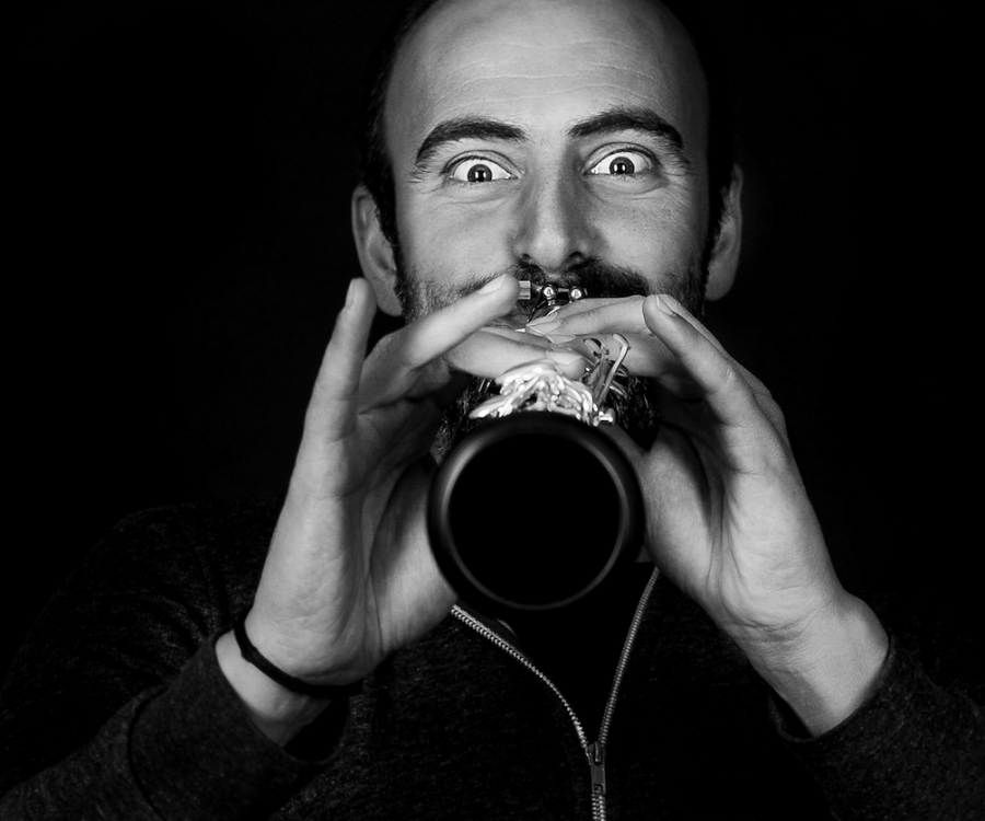 Kinan Azmeh playing his clarinet straight on