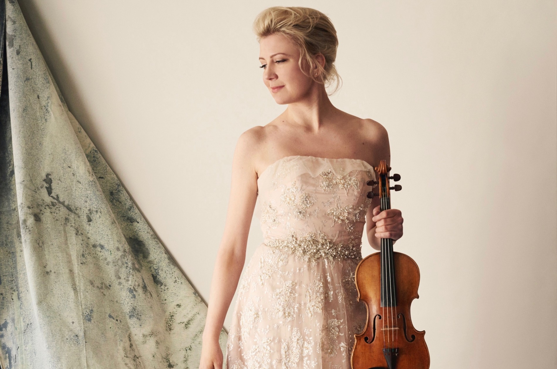 Elina Vähälä in performance attire holds her violin